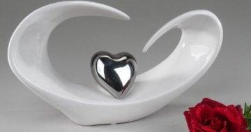 Moderne Skulptur in Form eines Herzens aus Keramik in weiß/silber